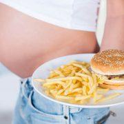 Het eten van junkfood tijdens zwangerschap kan leiden tot ondergewicht baby