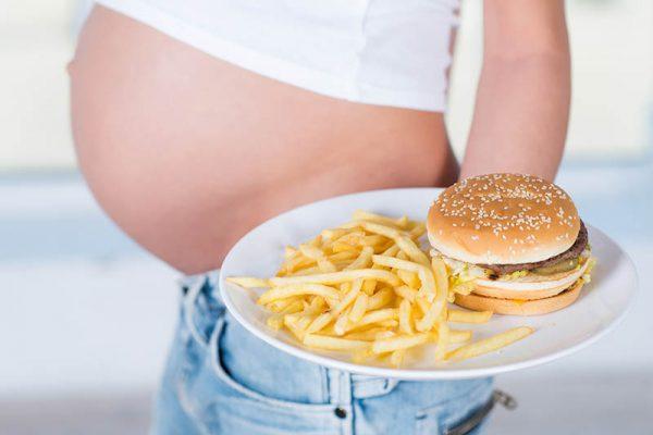 Het eten van junkfood tijdens de zwangerschap kan leiden tot ondergewicht baby