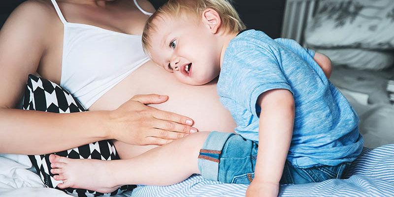 Baby's beginnen in de baarmoeder al met het opnemen van taal